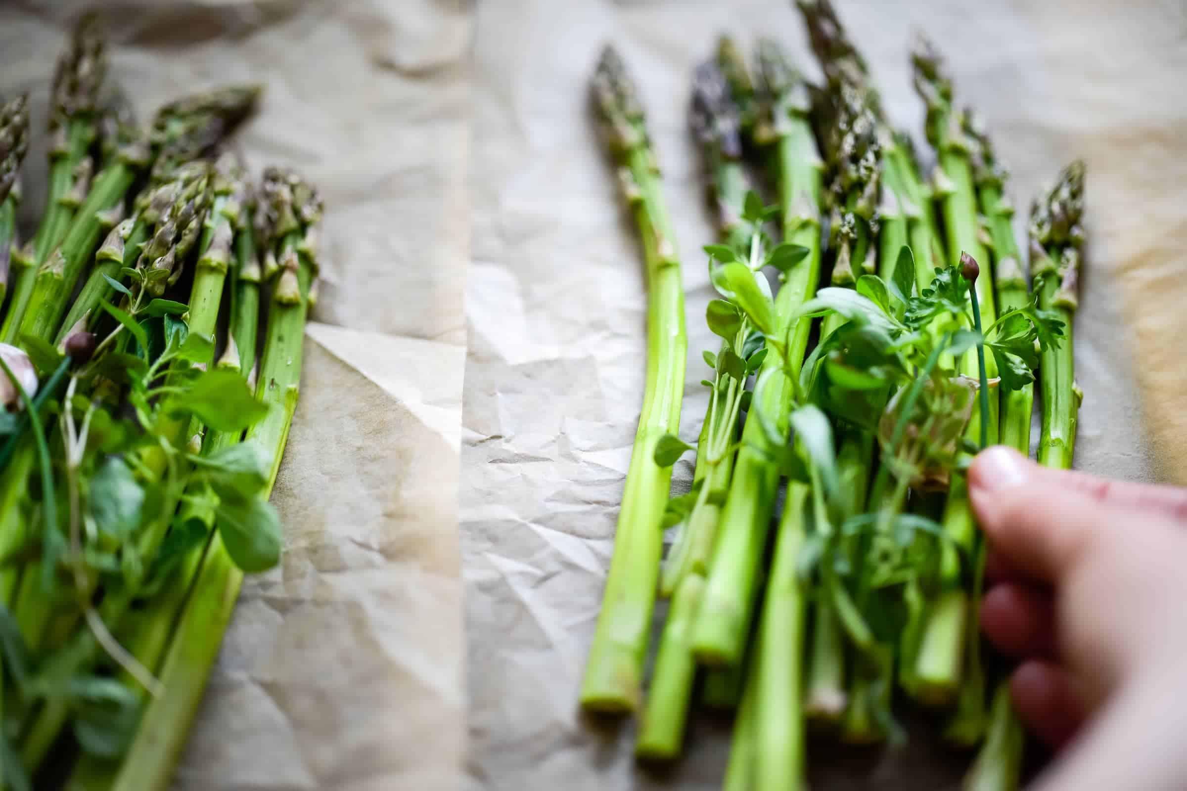 Asparagi al cartoccio con erbe aromatiche preparazione preparazione 1