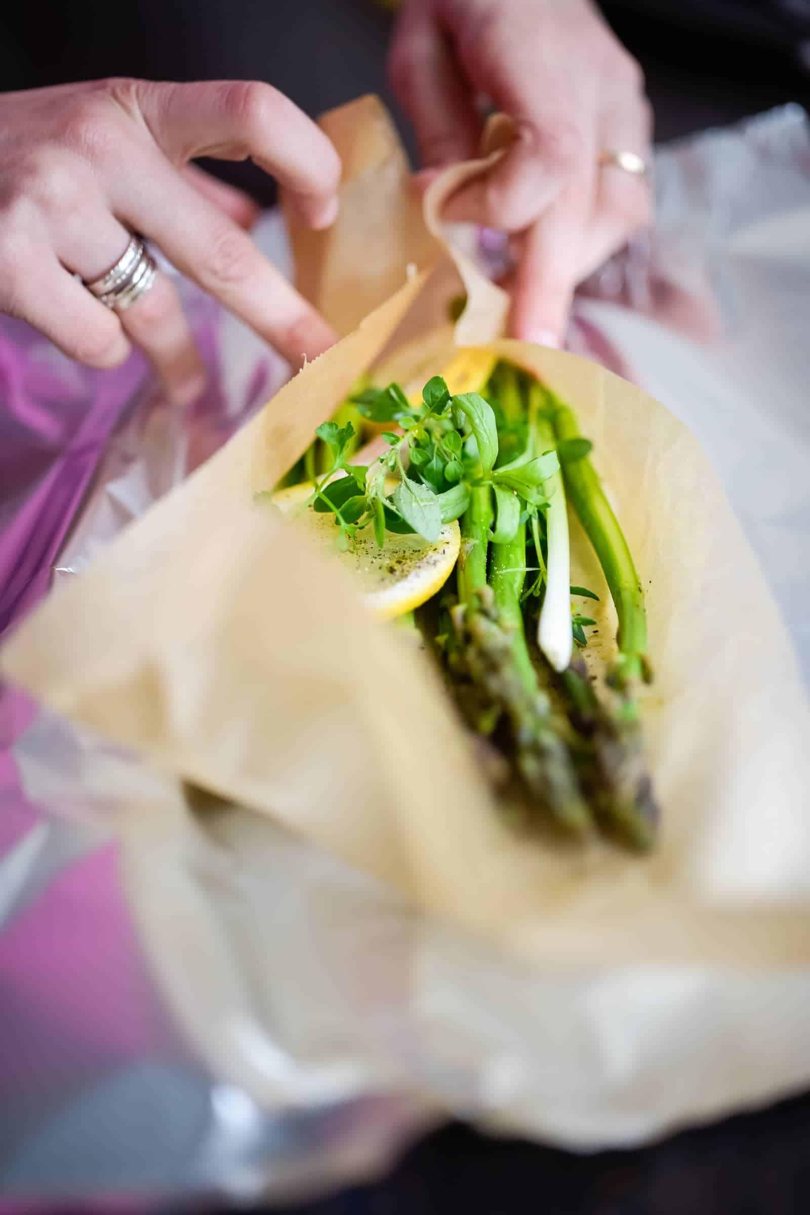 Asparagi al cartoccio con erbe aromatiche preparazione preparazione 4