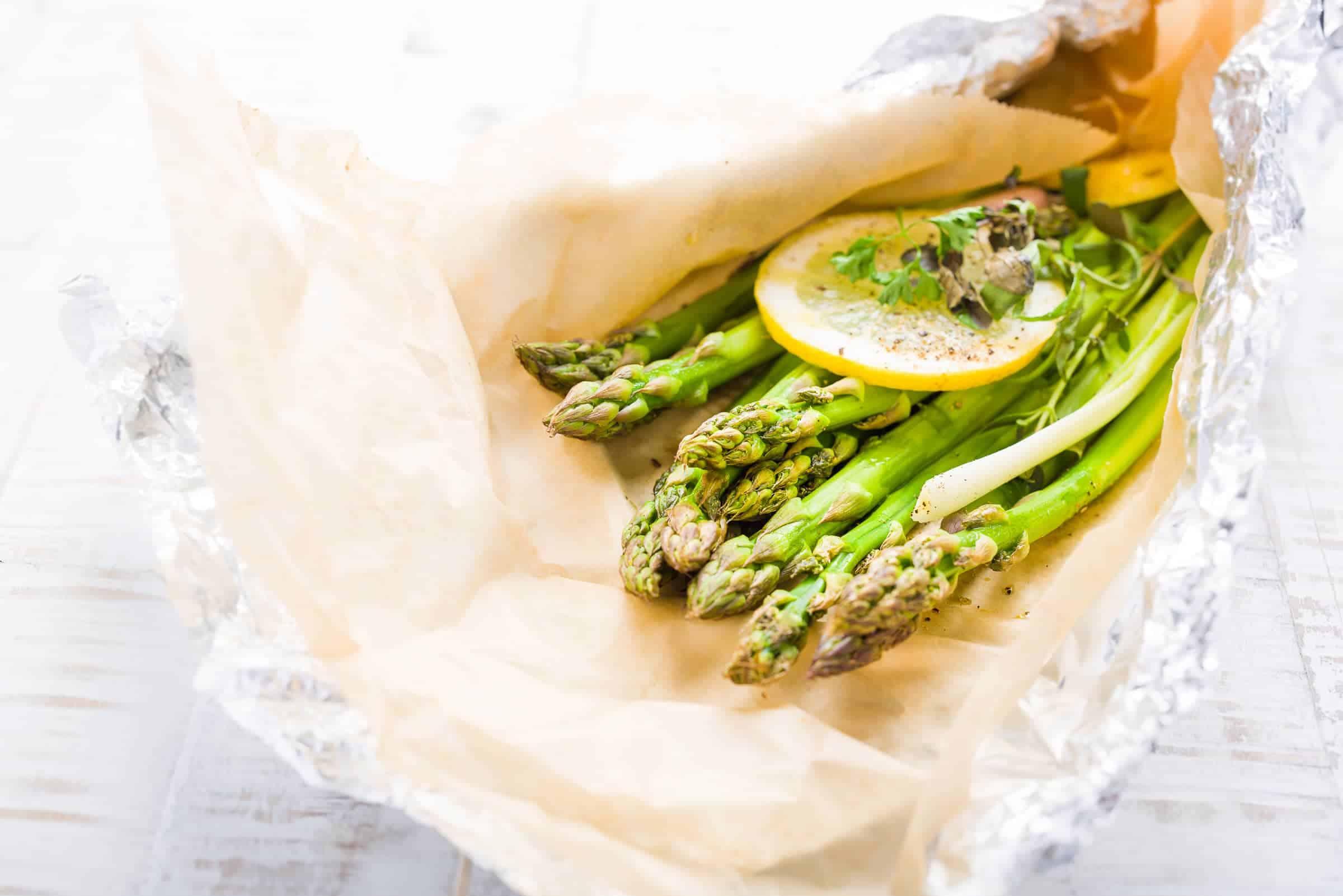Asparagi al cartoccio con erbe aromatiche preparazione ricetta