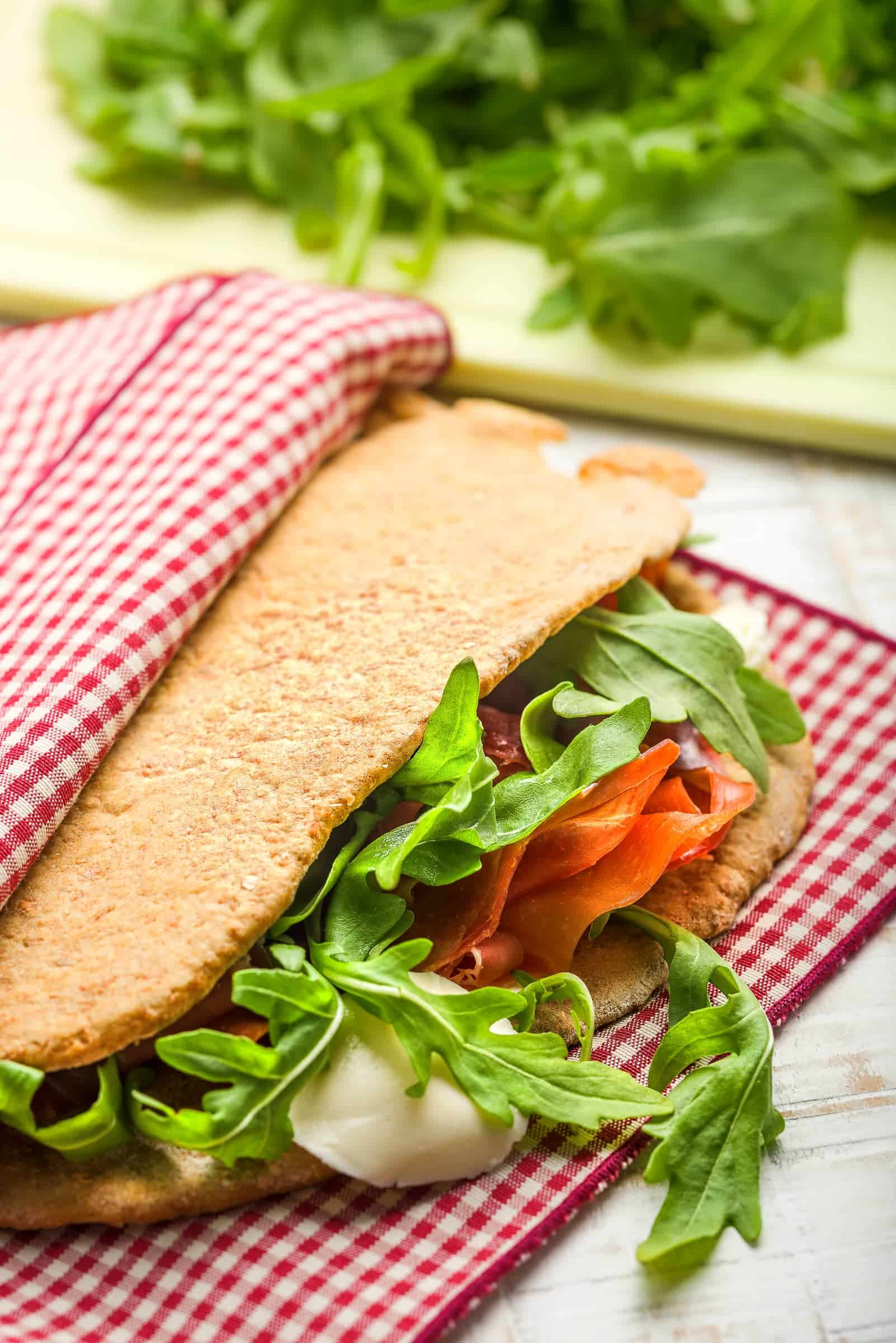 Piadina integrale di farina di farro orizzontale ricetta gnamam.com
